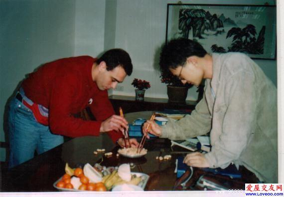 射线承诺 我教法国学生学用筷子